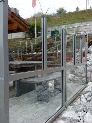 Windschutzanlage vollverglast mit Aluminiumprofilen