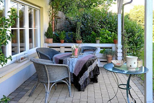 überdachte Terrasse und eigener Garten