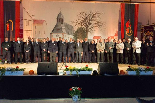 Einsatzabteilung gemeinsam mit der Ehren-& Altersabteilung zum Abschlussbild auf der Bühne.
