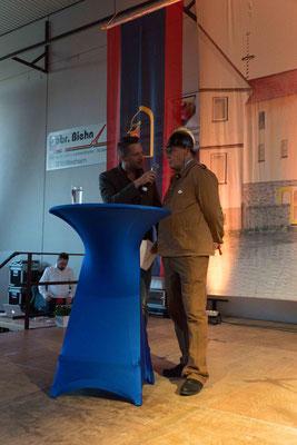 Klaus-Jürgen Reeb spielt Södels ersten Wehrführer, Johannes Berntheusel. Im Interview mit Oli Becker dem Moderator des Abends berichtet er von der Entstehung der Freiwilligen Feuerwehr Södel