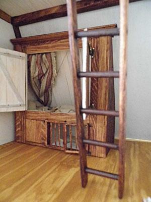 ...das Bett der Köchin hat gegen die Kälte und für ein wenig Privatheit Türen; die Leiter führt in den Spitzboden...