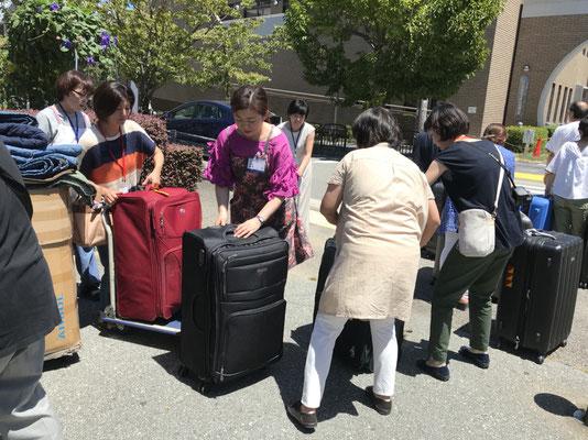 荷物はトラックで西公民館へ。暑いお昼ごろ、荷物下ろし班の保護者の皆様は汗だく!