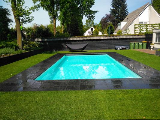 Zwembad. Hardsteen tegelwerk. Kunstgras Bentley - Pijlbuitenleven