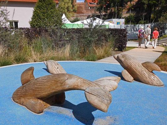 Grasgarten - Holzdelfine tauchen ab