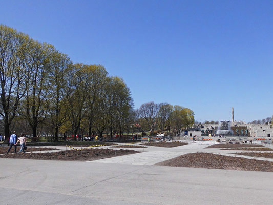 Blick nach Norden zum Brunnen und zum Obelisk