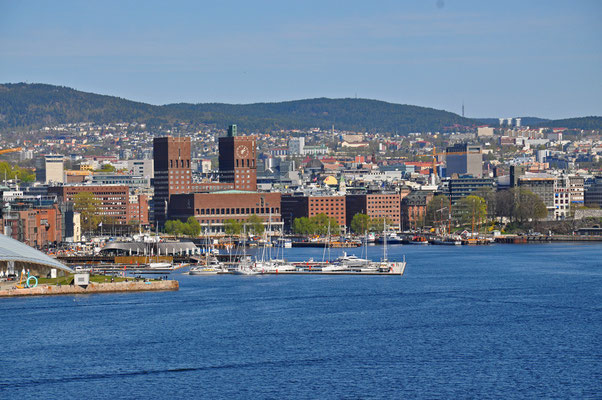 Oslo Hafen und Rathaustürme