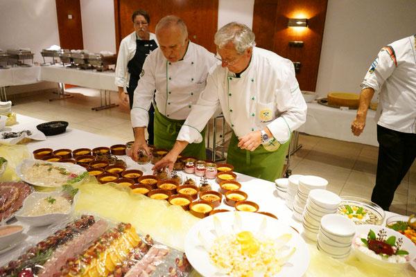 Walter und Toni beim Dessertaufbau