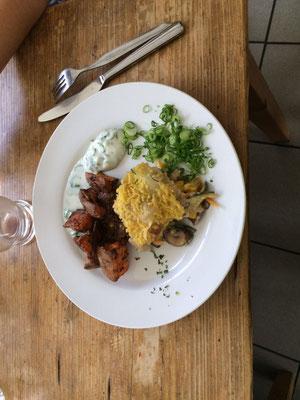 Wan Tanlasagne mit Gemüse/Pilzfüllung und Kokossoße, Linsenbratlinge mit Joghurtdip und Süßkartoffelwedges