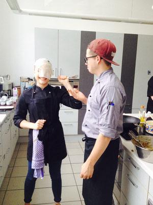 Bei der Vorbereitung des Wan-Tan-Teiges für den veganen Kochkurs am Donnerstag