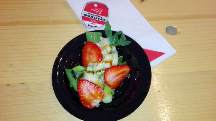 Warmer Salat von gebratenem Spargel in Honigdressing mit Erdbeeren, Ruccola und gerösteten Walnüssen.