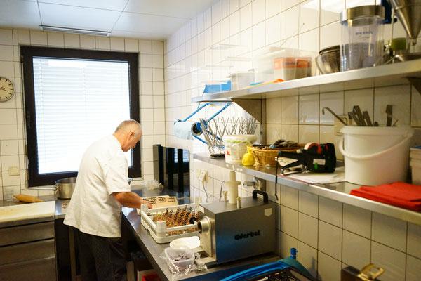 Walter beim Ausgarnieren von Desserts