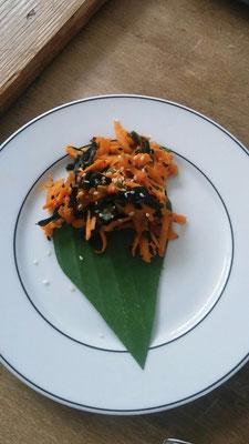 Asiatischer Möhrensalat mit Hijiki-Algen, Chili und Sesam