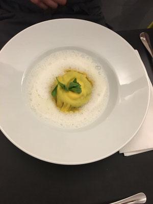 Raviolo mit Grüne Soße-Kartoffelfüllung, Meerrettichschaum