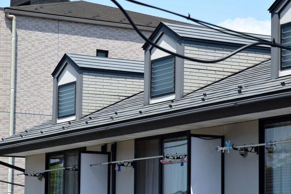 ①鋼板横葺ドーマ付屋根の現況。