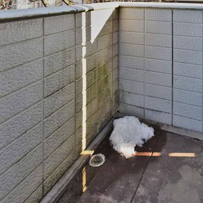 ①現況。手摺壁の腐食やカビ汚れ。