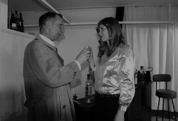 Katja van Deren (Jasmin Tobor) wickelt nicht nur Kriminalrat a.D. Euler (Stefan Hamich) um den Finger.