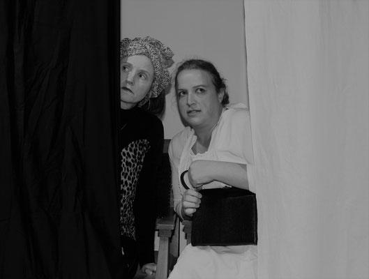 Sonja Iwanow (Elvira Mösbauer) und Ulla Höffchen (Stephanie Berg) fürchten sich.