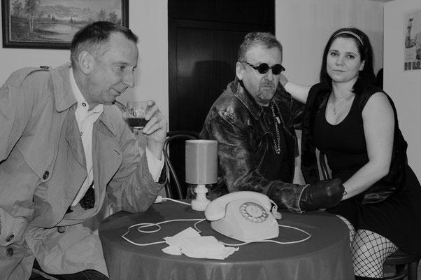 Die Gangster Peggy Snub (Teresa Schwarz) und Benno Bottich (Reinhold Daschner) bringen Kriminalrat a.D. Euler (Stefan Hamich) zum Verzweifeln (von rechts).