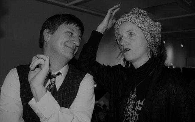 """Hugo Fisch (André Patenge) hat mit Sonja Iwanow (Elvira Mösbauer) viel zu """"besprechen"""""""
