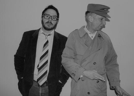 Kriminalinspektor Linde (Anton Berg) (links im Bild) übernimmt den Fall von Kriminalrat a.D. Euler (Stefan Hamich).