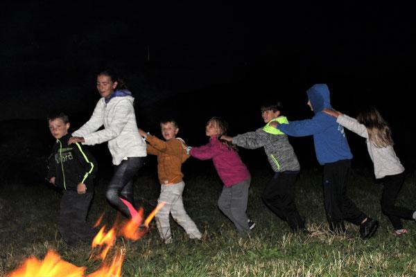 Petite danse autour du feu