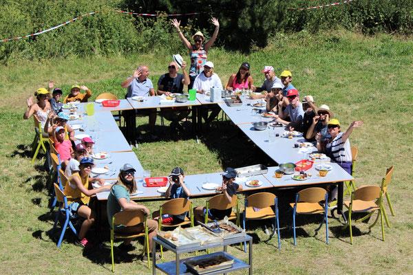 Repas tous ensemble dans le pré