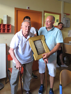 Didier et l'équipe offre la charte de la colonie en miniature à Henri Parazols (Président pendant 35 ans)