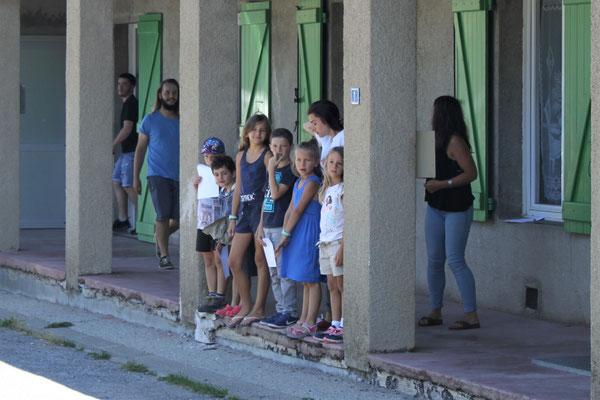 Les enfants attendent le bus des invités