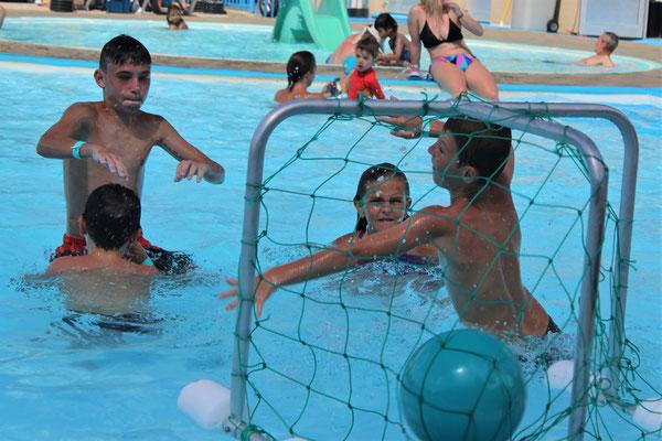 Jeu de ballon à la piscine