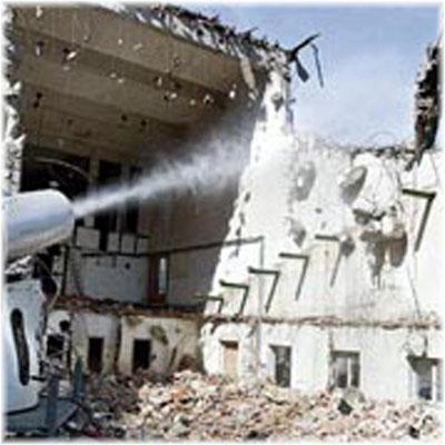 Abbrucharbeiten - Staubbindemaschine im Einsatz