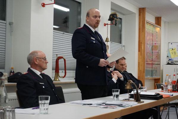 Wehrführer Wolfgang Dörfler (links im Bild) und der neu gewählte Wehrführer Björn Reimer (rechts daneben)
