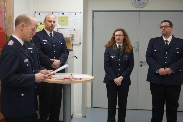 Catrin Thams (2. v. r.) und Sascha Schweig (rechts) wurden zum Löschmeister befördert