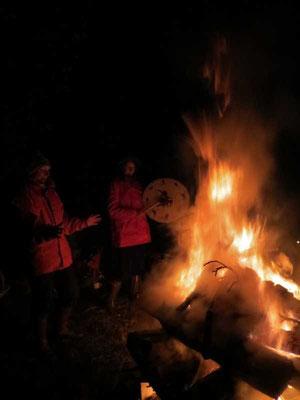 das Feuer lodert und wärmt