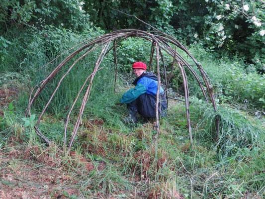 das Gras wird entfernt, der alten Schwitzhütte gedankt und diese dann abgebaut