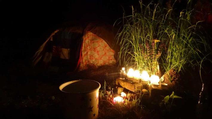 im wundervollen Schein der Kerzen gehen wir nach einem Räucherritual in die Schwitzhütte