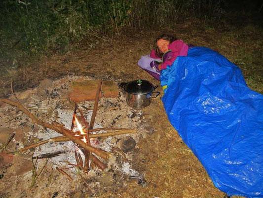 die Wächterin des Feuers schläft in der Nacht im Freien