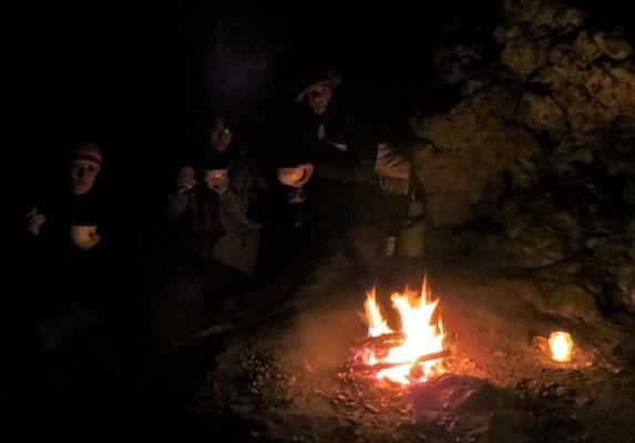 am wärmenden Feuer gibt es dann eine lckere Suppe