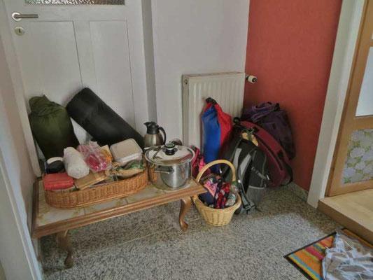 die Sachen für den Schwitzhüttenbau nebst Übernachtung stehen bereit