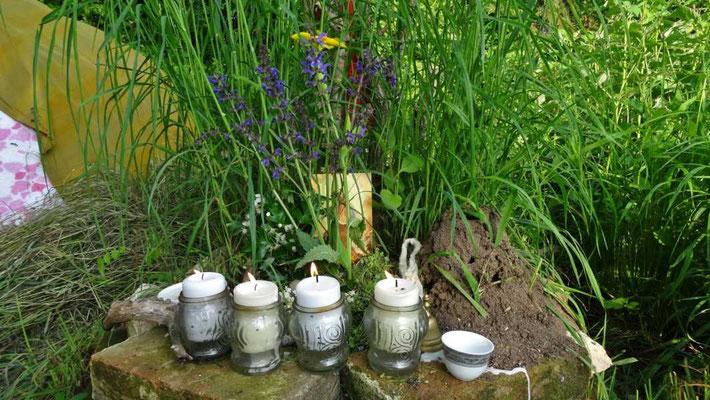 die Kerzen auf dem Altar angezündet