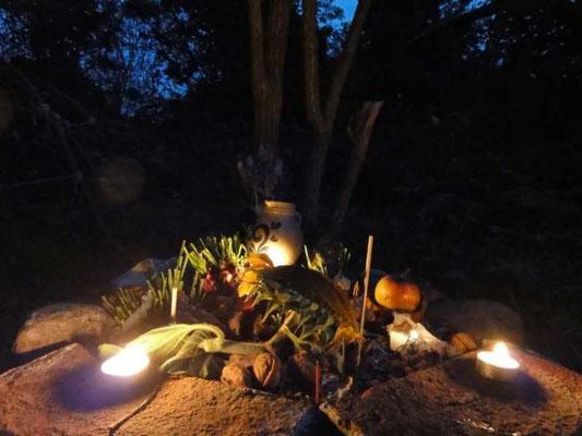 am Altar zünden wir noch einmal die Kerzen an