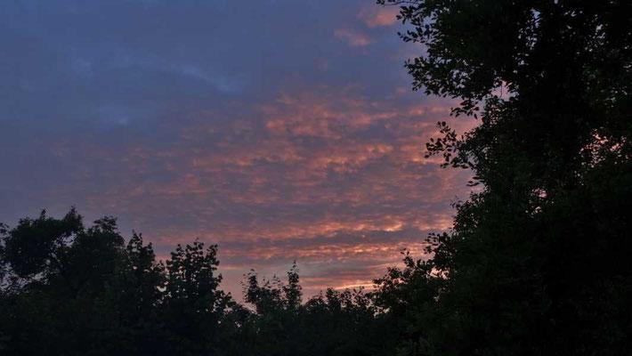 die Sonne geht unter, der Tag neigt sich der Nacht entgegen