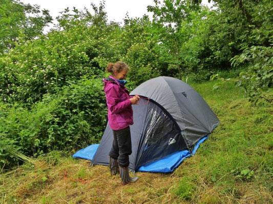 das Zelt für die Übernachtung ist schnell aufgebaut