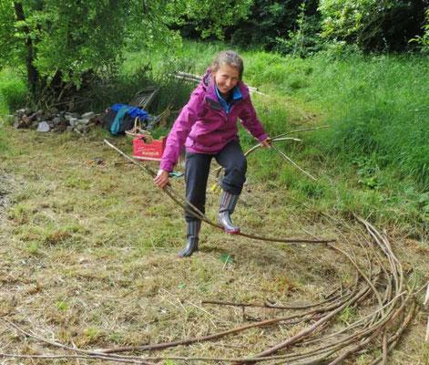 das Holz der alten Hütte zerkleinern wir für das Feuer