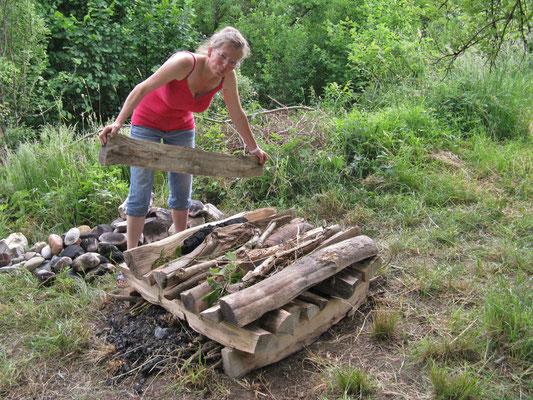 genügend trockenes Holz für das Feuer