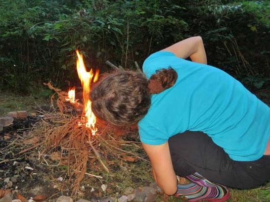 das Feuer wird entzündet und lodert nach einigen Anläufen dann wunderbar