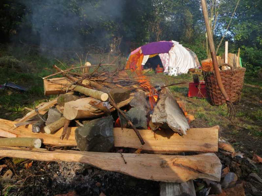 das Feuer entzündet sich langsam auf der Glut von gestern