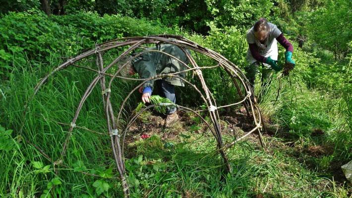Schwitzhütte und Altar werden frei gelegt