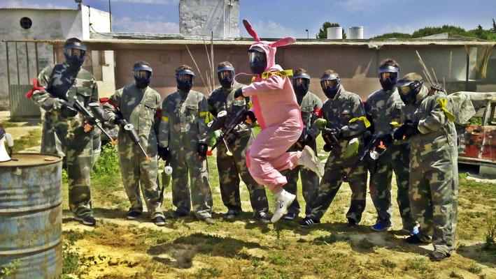 Novio vestido de conejo en una partida de paintball en Chiclana de la frontera