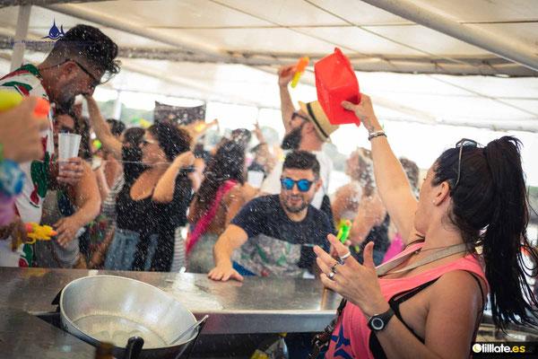 Copas y fiesta en barco en Cádiz