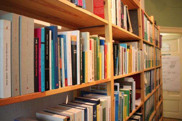 Bücherregal mit Material